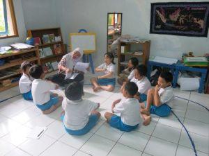 Bergerak dan bernyanyi bersama di kelas Bahasa Inggris